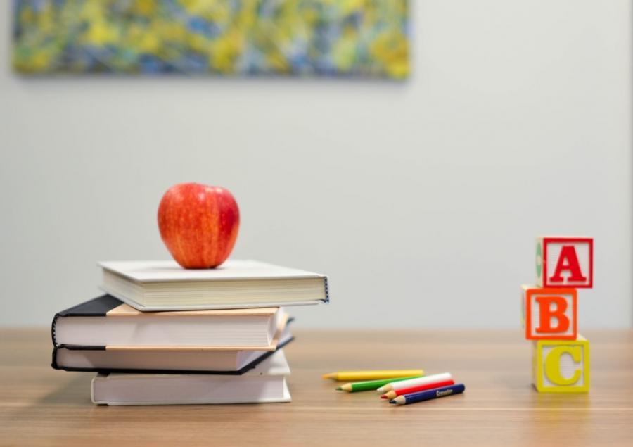 Æble og skriveredskaber